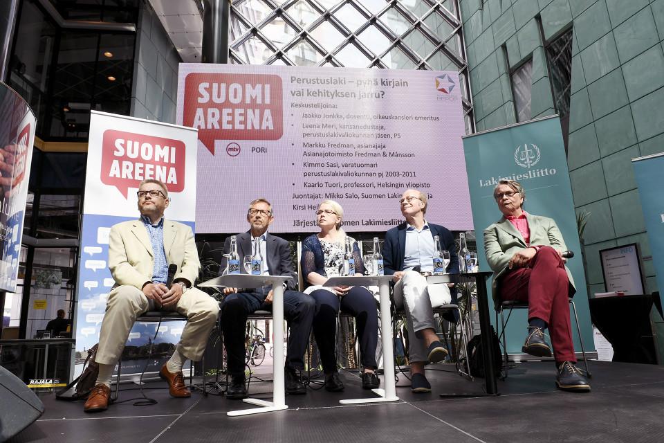 Perustuslaista ja perustuslakivaliokunnasta keskustelivat Porissa asianajaja Markku Fredman (vas.), edellinen oikeuskansleri Jaakko Jonkka, kansanedustaja Leena Meri, varatuomari Kimmo Sasi ja professori Kaarlo Tuori.