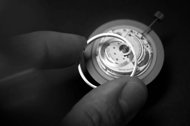 香奈兒新款J12腕表具備70小時儲存動力、5年保固的優勢。(CHANEL提供)