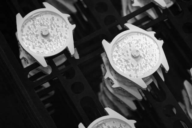 香奈兒新款J12腕表採用升級版一體成型抗磨精密陶瓷,耐磨度、抗腐蝕性大幅提升。(CHANEL提供)