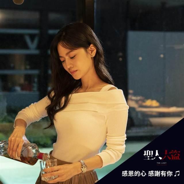 曾之喬在戲中飾演曹晏豪的溫柔女友,猶如照亮黑暗的月光。(雙喜電影提供)