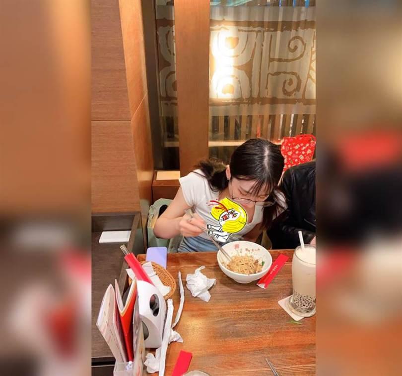清純馬尾妹吃麵 超巨上帝視角曝光(圖/摘自臉書《加藤軍路邊隨手拍》)