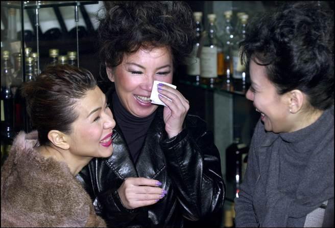 苏芮在演艺界非常受欢迎,当遇到老朋友张庆芳和王志蕾时,她高兴地哭了。  (平均时间数据图像/照片)