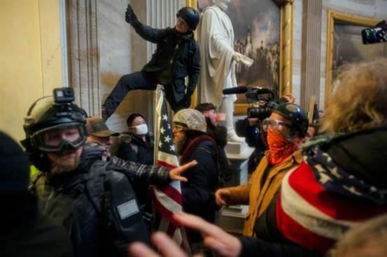布什谴责美国香蕉共和国庞培(Pompeo)进行反击