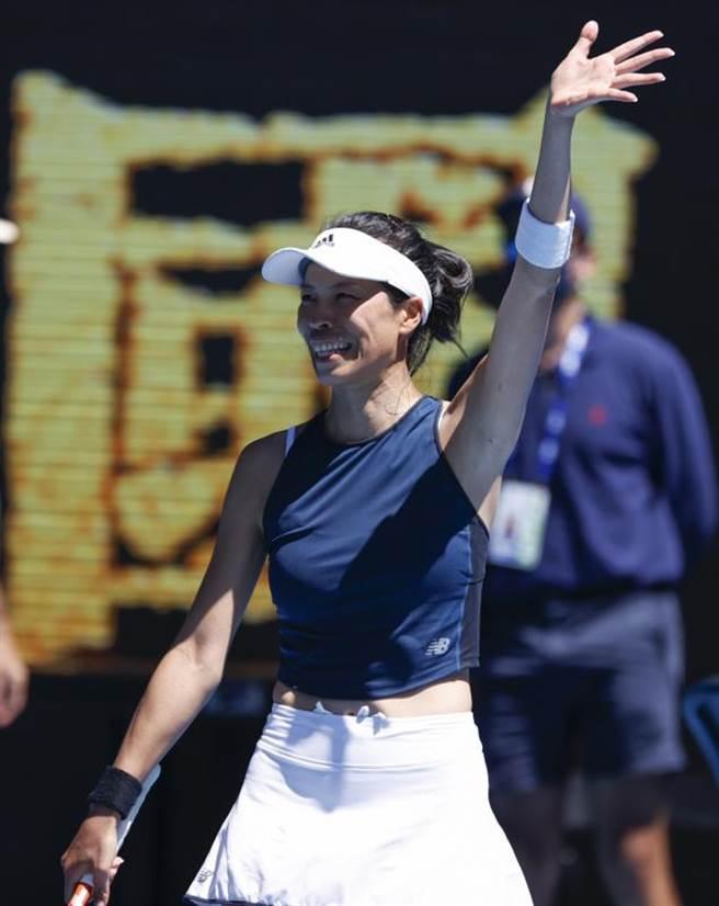 謝淑薇獲勝後露出燦爛笑容,揮手向場邊觀眾致意。(美聯社)