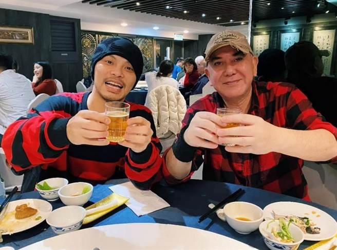 黃秋生和黃明志兩個異鄉客,除夕夜一起吃年夜飯。(圖/ 摘自黃明志臉書)