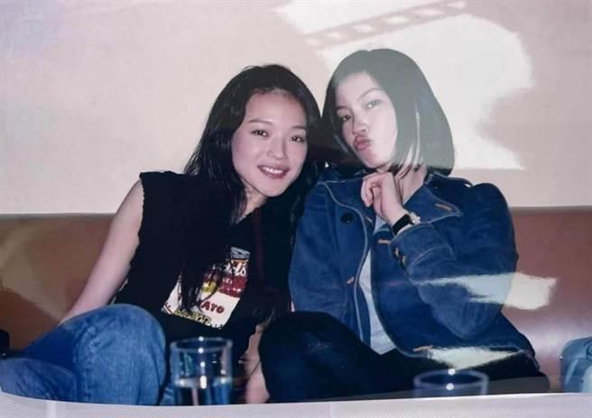 舒淇在臉書曬出19年前和林熙蕾的甜蜜合照。(圖/ 摘自舒淇臉書)