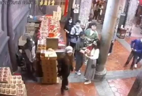 那个女人去了鹿港天后宫进行破坏活动,扔了香,然后把金纸推开了,让人想知道为什么她在众神面前这么做了。  (公众提供/吴敏静彰化传真)