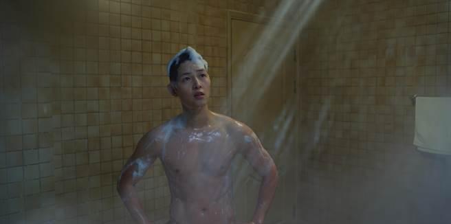 宋仲基首集裸身洗澡的畫面相當養眼。(Netflix提供)