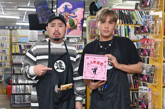 陳零九(右)友情客串阿達〈留住你的美〉MV。(環球音樂提供)