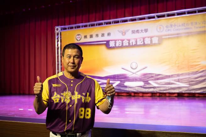 開南大學棒球隊日後參賽時若規定許可,將以「台灣中油隊出賽」,黃紫配色的隊服也印上「台灣中油」的字樣。(開南大學提供/姜霏桃園傳真)
