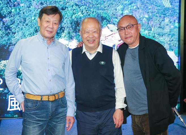 寇世勳(左起)與《你好,我是誰》故事主角曹汶龍醫師及導演鄧安寧在殺青宴上合影。(粘耿豪攝)