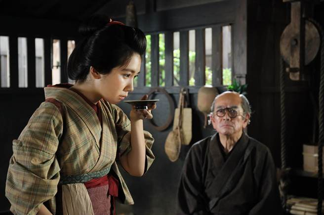 石坂浩二(右)等一票硬底子演員在《澪之料理帖》襯托松本穗香發揮演技潛力。(希望行銷提供)
