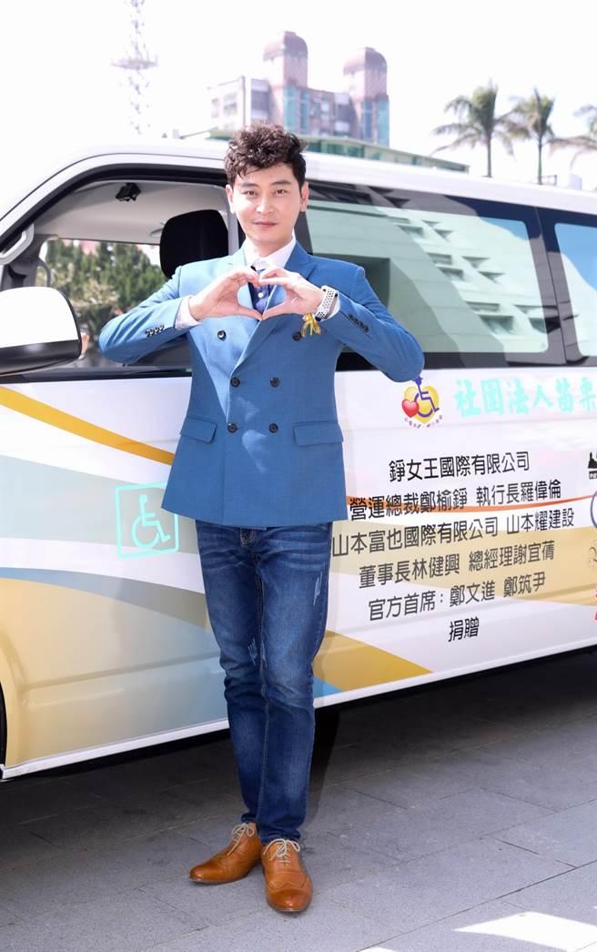 陳冠霖代言山本富也,並出席捐贈復康巴士活動。(山本富也提供)