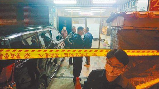 台南市安平区坪通路某塑胶原料公司发生枪击案,民警设置警戒线进行调查。  (照片由郑炳章摄)