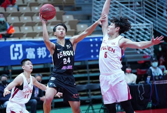 義守大學蘇文儒(中)今天對輔仁大學貢獻16分、7籃板。(大專體總提供)