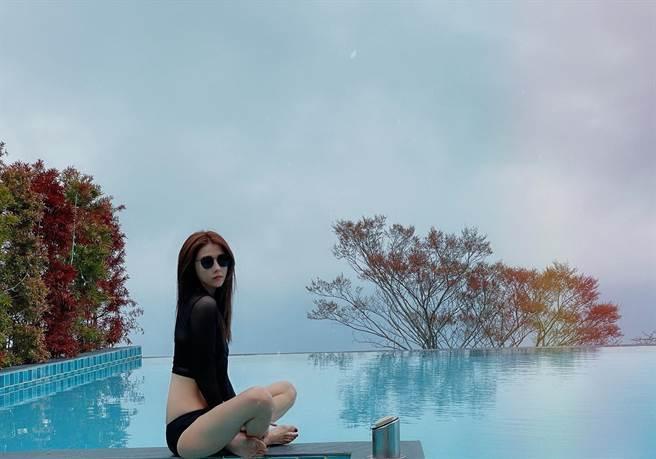 邵雨薇在池畔拍照,身材曲線令人羨慕。(圖/FB@邵雨薇)