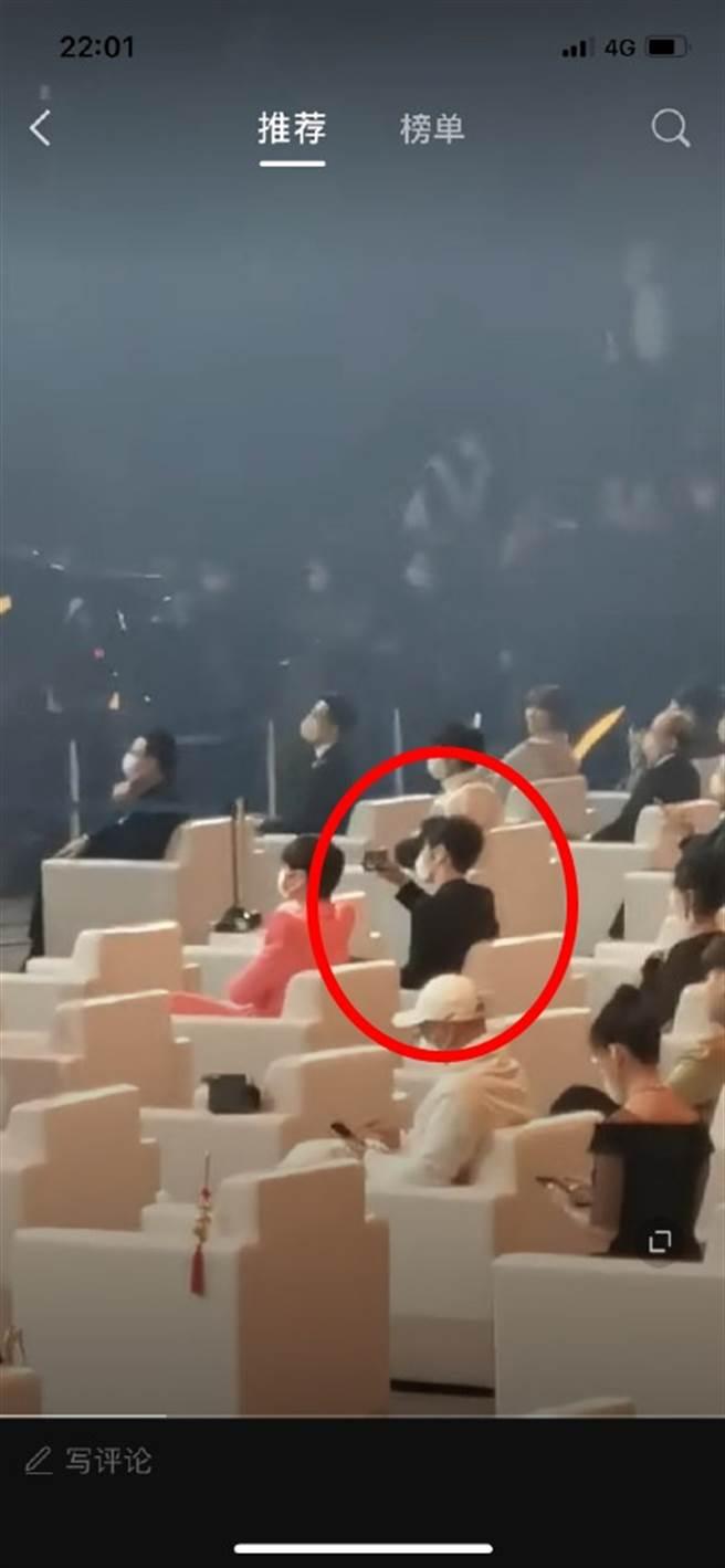 網友補捉到黃曉明在台下拍Angelababy。(圖/翻攝自微博)