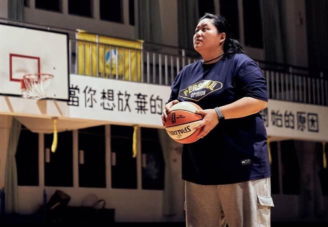 教練由高中大學都是籃球體保生的金馬獎最佳新演員蔡嘉茵飾演。(客家電視台提供)
