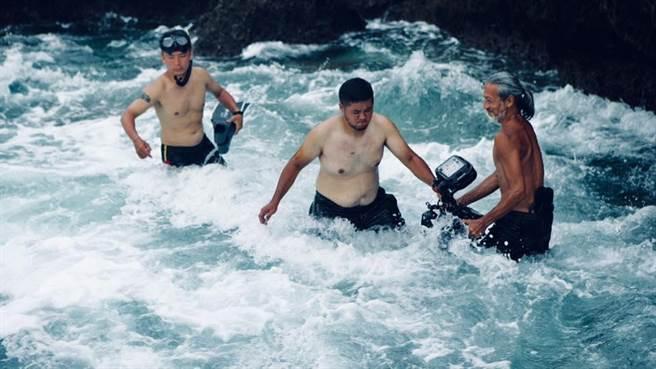 袁緒虎(右)與工作人員下水拍攝。(摘自臉書)