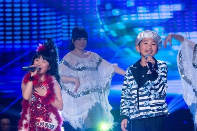 楊博智與吳宥璇演唱〈天公疼憨人〉。(民視提供)