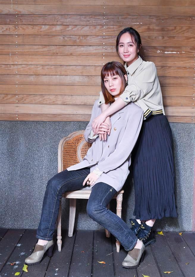 涵冷娜(左)和小薰為演出電影《揭大歡喜》進行宣傳。(盧禕祺攝)
