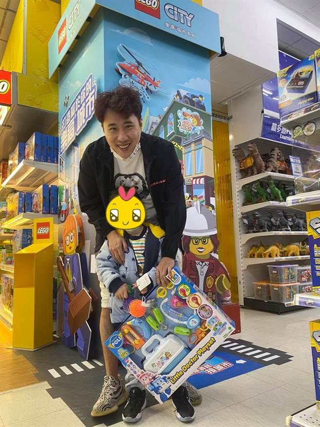余祥銓帶外甥女樂樂買玩具,對方透露長大想當醫生。(圖/翻攝自臉書)
