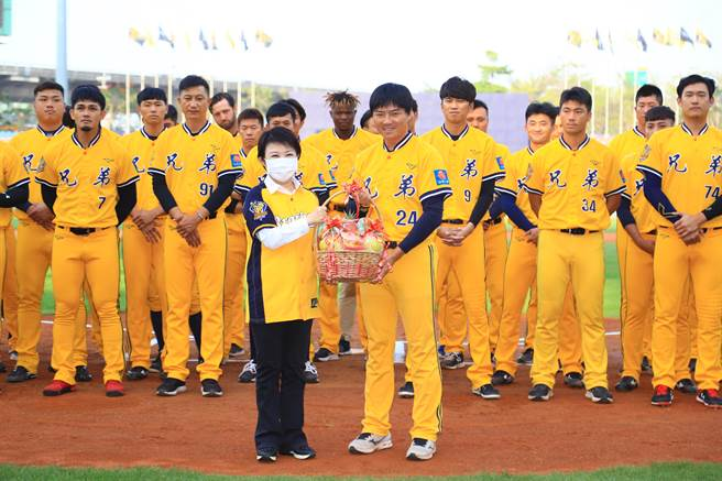 中信兄弟主場開幕戰周日開打,台中市長盧秀燕鼓勵球員預祝奪勝。(盧金足攝)