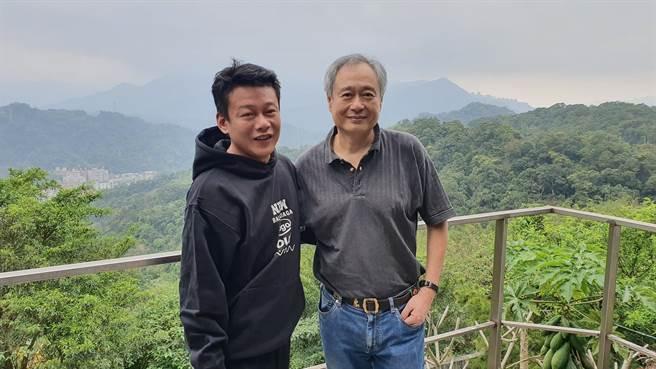 李康生(左)在臉書開心曬與李安的合照。(摘自臉書)