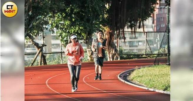 专家回忆说,为了提高骨骼密度,应该从慢跑开始逐步进行锻炼。  (林世杰摄)