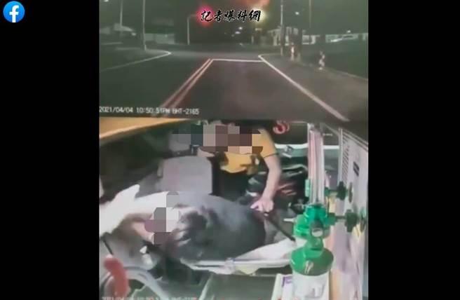 年轻人用急救车打了12击中医生的头部,屏幕激怒了互联网用户。  (图片/从记者爆破的新闻网中恢复)