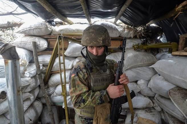 乌克兰政府军向卢甘斯克地区派遣了大批部队,内战即将来临。 图为乌克兰政府军在卢甘斯克前面的位置。  (照片/路透社)