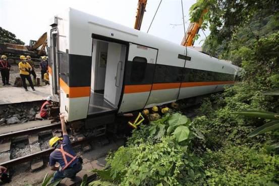 全国绿色委员会要求台湾铁路失事现场在花莲建一座纪念碑。 花莲人很生气:可以爬行来埋葬第一生命-中世新闻网