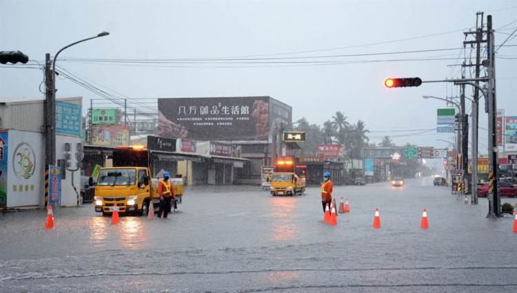 長治鄉低窪地區陸續傳出淹水,相關單位也出動警戒。(林和生攝)