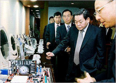 이건희 삼성그룹 회장(오른쪽에서 두번째)이 2003년 10월 10일 오후 경기도 화성 삼성전자 메모리 연구동 전시관에서 황창규 메모리사업부 사장 맨(오른쪽)으로부터 새로운 성장엔진이 될 차세대 메모리에 대해 설명을 듣고 있다.