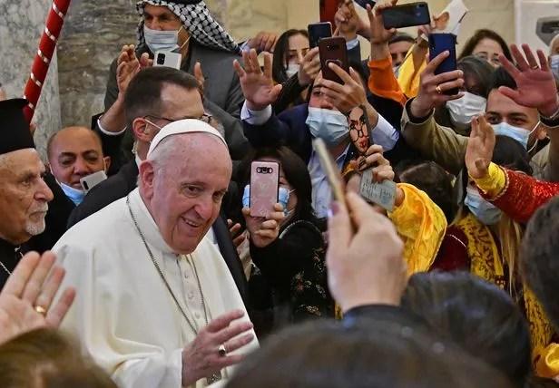 가톨릭 수장으로서 이라크를 방문 중인 프란치스코 교황이 7일 북부 모술로부터 약 30㎞ 떨어진 도시 카라코시의 성당에 도착해 주민들의 환영을 받고 있다. /AFP연합뉴스