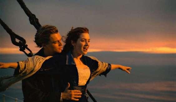 Uno de los momentos emblemáticos de Titanic. Jack y Rose se encuentran, felices, en la proa del barco.