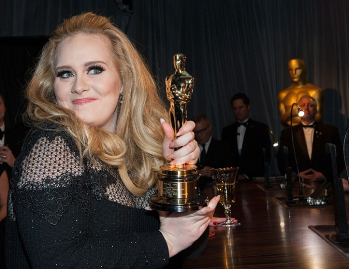 Adele wears his Oscar award for her song in Skyfall. (Photo: AFP)