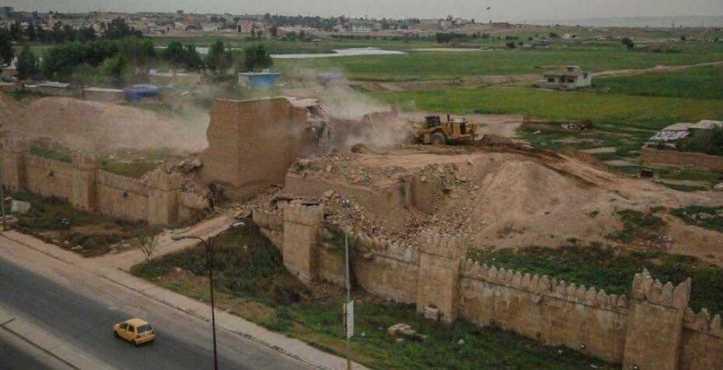 El ISIS destroza con excavadoras antiguas puertas asirias en Irak