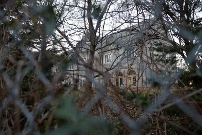 """Una vieja mansión de 49 habitaciones, el """"nido de los espías"""" rusos en Estados Unidos"""