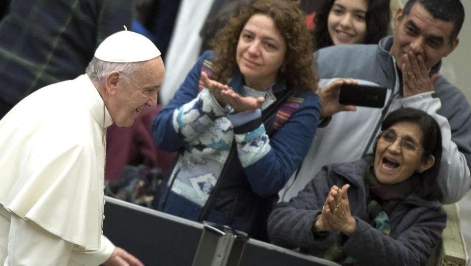 Los ultraconservadores acusan al Papa de buscar el sacerdocio femenino