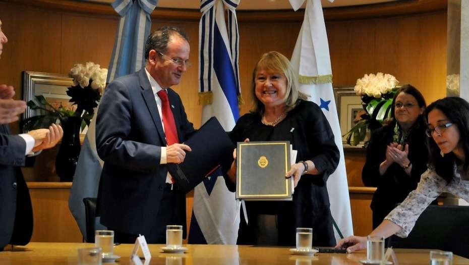 Firman un acuerdo para que haya más vuelos entre Argentina e Israel