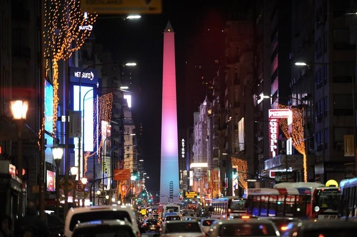 """El Obelisco puede """"cambiar de color"""", según lo requiera los acontecimientos del momento. La foto es de 2017, en un homenaje a México, que había sufrido un terremoto."""