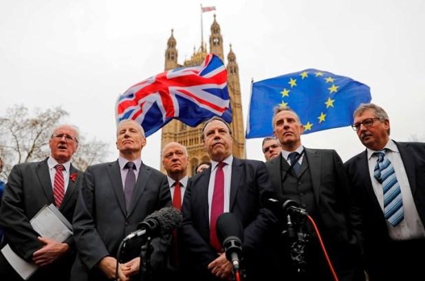 La premier británica enfrenta su peor momento en la negociación por el Brexit