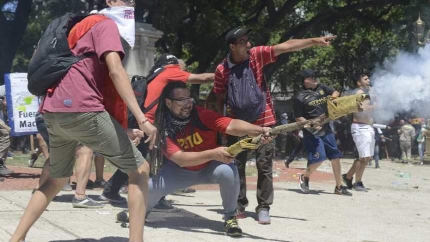 """Un mortero """"casero"""" disparado a la vista de todos contra la Policía en Plaza Congreso"""