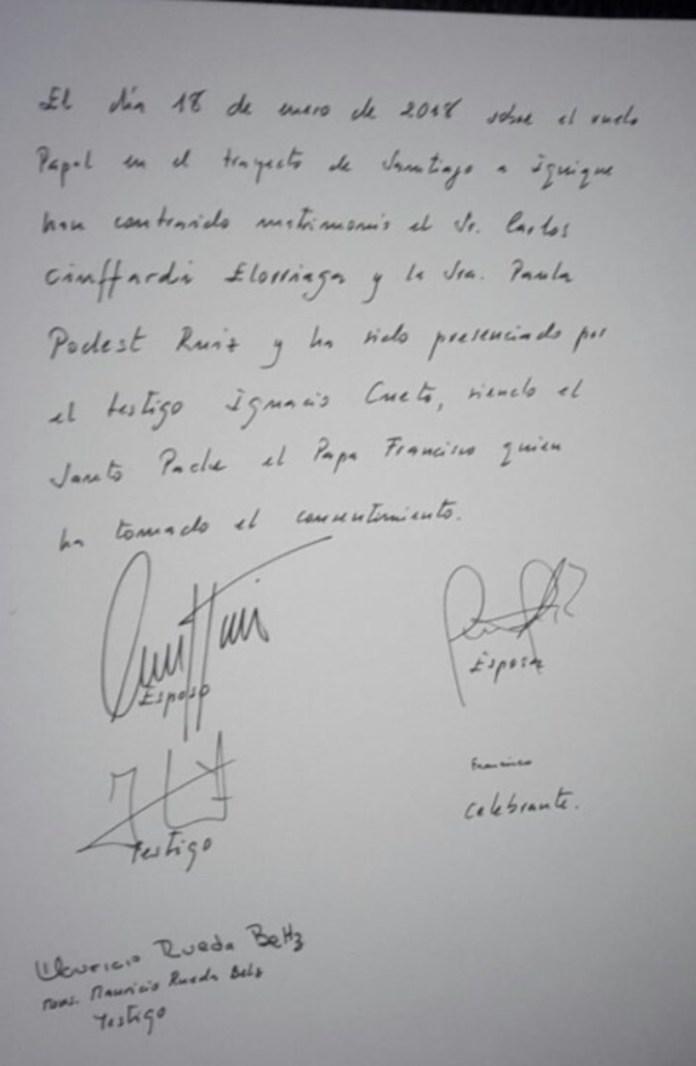 El papa Francisco casó a una pareja de tripulantes en pleno vuelo a Iquique