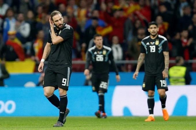 La desazón de los jugadores argentinos ante la derrota frente a España. (AP)
