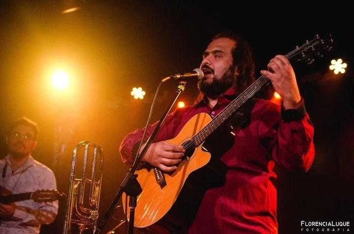 Cristian Alderete muestra su pasión por la música en distintos escenarios del país.
