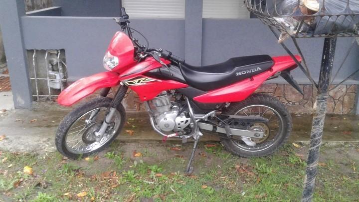 La moto en la que la pareja asaltó al jubilado en su casa de City Bell. Uno de los ladrones, de 23, terminó muerto.