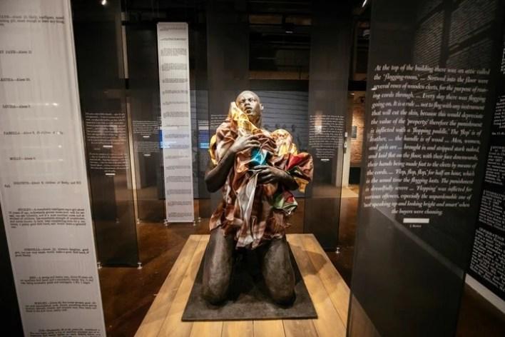 """La Duda"" de Titus Kaphar, rodeada de testimonios de esclavos en el Legacy Museum. / Audra Melton/The New York Times"