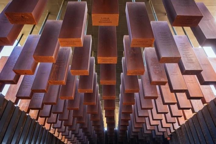 Las columnas con los nombres de las personas linchadas cuelgan del techo del Memorial./ The New York Times